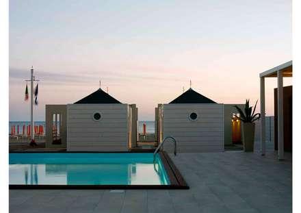 cabine servizio: Spazi commerciali in stile  di      Massimo Viti Architetto                                   studio Architectural Make-Up+