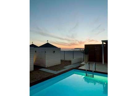 tramonto sulla piscina: Spazi commerciali in stile  di      Massimo Viti Architetto                                   studio Architectural Make-Up+