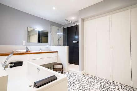 Conception d'une salle de bains: Salle de bain de style de style Minimaliste par Atelier IDEA