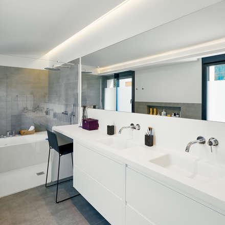 Baño Principal: Baños de estilo moderno de DECONS  GKAO S.L.