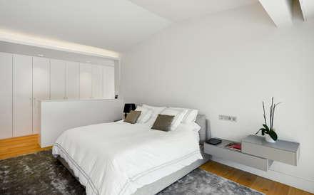 Dormitorio principal: Dormitorios de estilo moderno de DECONS  GKAO S.L.