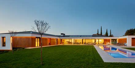 Fachada desde el jardin: Jardines de estilo moderno de DECONS  GKAO S.L.