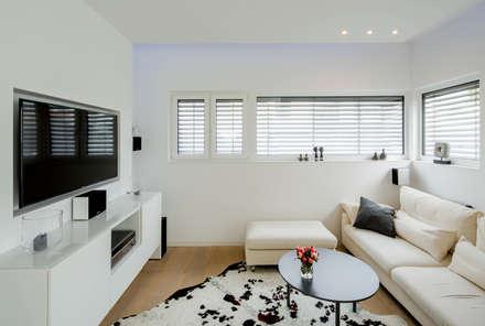Haus P: moderner Multimedia-Raum von Ferreira | Verfürth Architekten