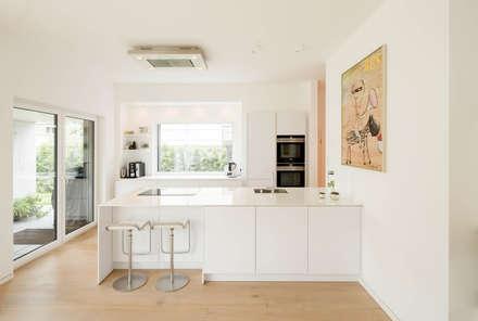 Haus P: moderne Küche von Ferreira | Verfürth Architekten