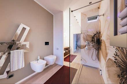 UN ATTICO IN STILE LOFT IN MILANO: Bagno in stile in stile Moderno di Annalisa Carli