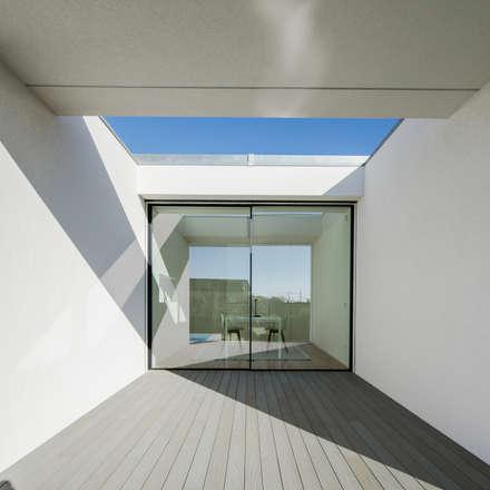 Vista do exterior - alpendre: Janelas   por Raulino Silva Arquitecto Unip. Lda