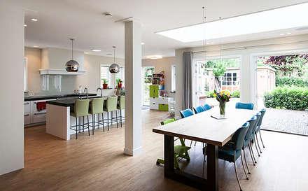 JAREN 30-HUIS | GESTRIPT: moderne Eetkamer door WEBERontwerpt | architectenbureau