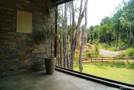 Casa R / Valdivia: Pasillos, hall y escaleras de estilo  por Smartlive Studio