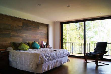 Casa R / Valdivia: Dormitorios de estilo moderno por Smartlive Studio