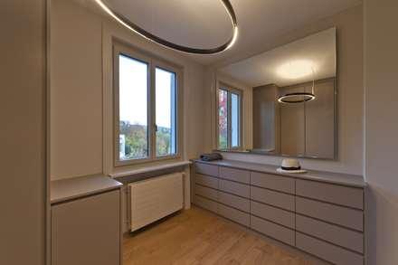 Sanierung nach Mass: klassische Ankleidezimmer von Juho Nyberg Architektur GmbH