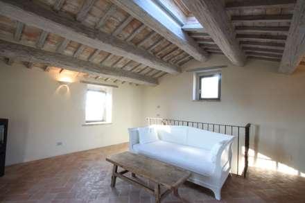Ristrutturazione casale umbro: Studio in stile In stile Country di marco carlini architetto
