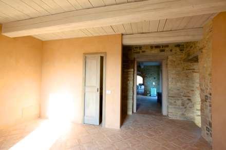 Ristrutturazione casale umbro: Ingresso & Corridoio in stile  di marco carlini architetto