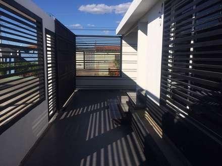 ESPACIOS EXTERNOS: Casas de estilo moderno por Arq. Alberto Quero