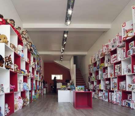 Juguetería Alemana: Espacios comerciales de estilo  por B+V Arquitectos