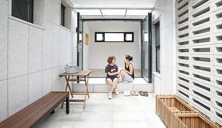 중정집_05: design office UO : 유오건축의  베란다