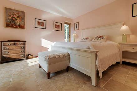Rénovation sur la côte d'azur: Chambre de style de stile Rural par Agence Forvieux Architecture