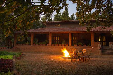 Homestay in Kanha National park, Madhya Pradesh: modern Houses by M+P