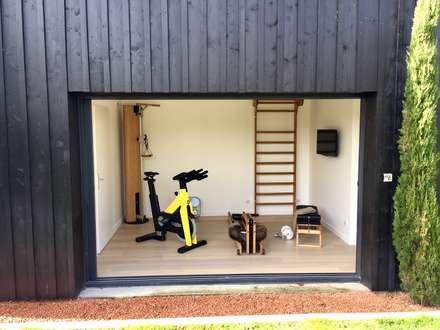 Gimnasios domésticos de estilo  por Athletica Design