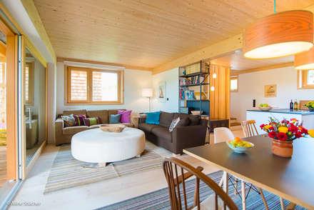 Häuser in der Wolfsgrube: landhausstil Wohnzimmer von w. raum Architektur + Innenarchitektur