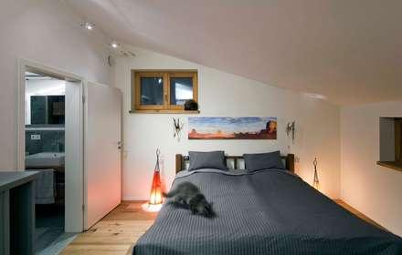 Harley Davidson zu Hause: ausgefallene Schlafzimmer von w. raum Architektur + Innenarchitektur