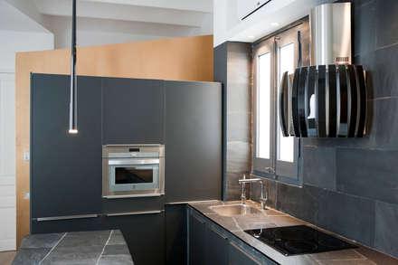 Casa Moncada Caruselli: Cocinas de estilo moderno de jorge rangel interiors