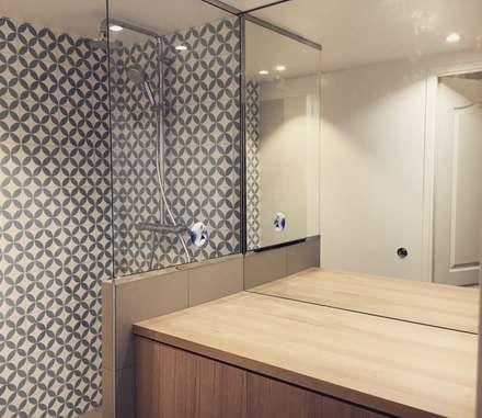 Rénovation appartement 95m2: Salle de bain de style de style Moderne par Emma Caron Interior Design
