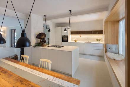 Küche mit Sitzfenster: moderne Küche von CARLO Berlin - Architektur & Interior Design