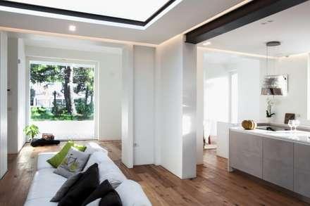 villa PNK: Finestre in stile  di m12 architettura design
