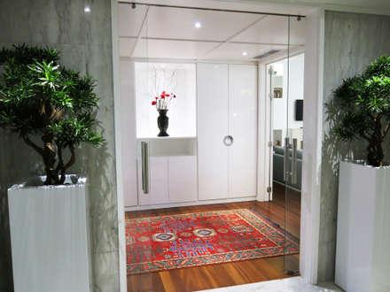 Apartamento Castilho: Corredores, halls e escadas modernos por FEMMA Interior Design