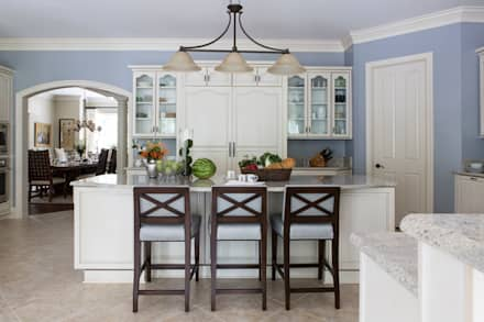Riverside Retreat - Kitchen: classic Kitchen by Lorna Gross Interior Design