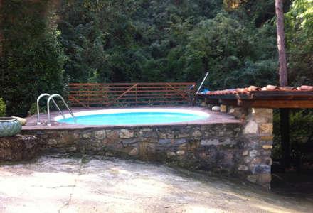 Casale nel Chianti: Piscina in stile In stile Country di Vivrevert et sport
