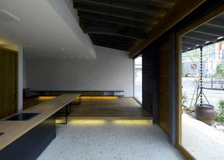 土間キッチンがあるデザインサロン: 環アソシエイツ・高岸設計室が手掛けた和室です。