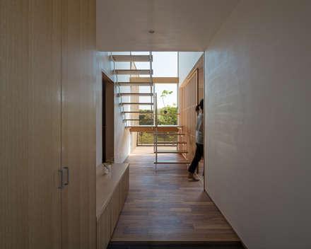 HOUSE O: 柳瀬真澄建築設計工房 Masumi Yanase Architect Officeが手掛けた廊下 & 玄関です。