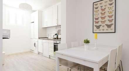 APARTAMENTO SHORT RENTING LISBOA: Salas de jantar modernas por MARIA ILHARCO DE MOURA ARQUITETURA DE INTERIORES E DECORAÇÃO