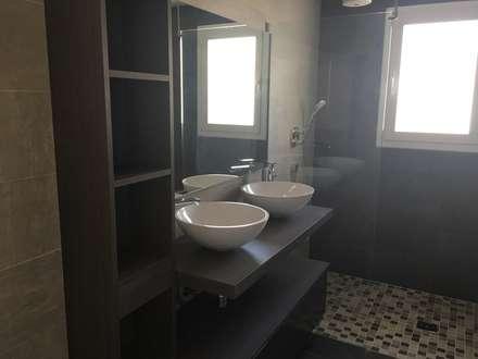 Proyecto Reforma Apartamento Puerto Banus: Baños de estilo moderno de DECORACIÓN E INTERIORISMO OBRASA