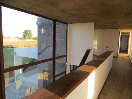 Casa PW: Pasillos, hall y escaleras de estilo  por Moreno Wellmann Arquitectos