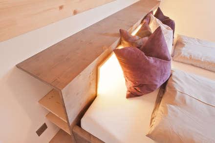 «las stailas» Ferienwohnung | lantsch: rustikale Schlafzimmer von einfall7 GmbH