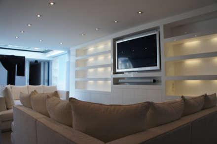 Duplex Tres Torres: Salas multimedia de estilo moderno de Isa de Luca