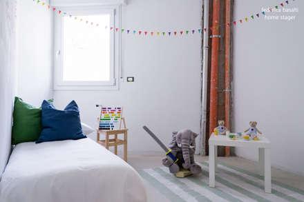 Home staging in cantiere: Stanza dei bambini in stile in stile Scandinavo di federica basalti home staging