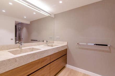 Reforma baños: Baños de estilo moderno de Isa de Luca