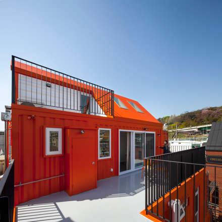 Orange Cube House: Design Guild의  발코니, 베란다 & 테라스