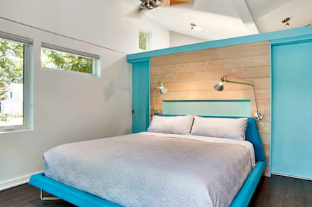 Lake House: modern Bedroom by KUBE Architecture