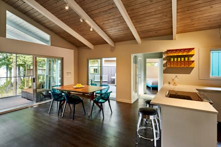 Lake House: modern Dining room by KUBE Architecture