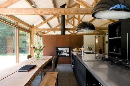 Boshuis: moderne Keuken door WillemsenU