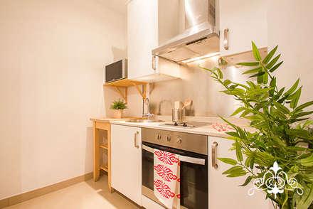 HOME STAGING EN PASSATGE VILARET, BARCELONA: Cocinas de estilo moderno de Espai Interior Home Staging
