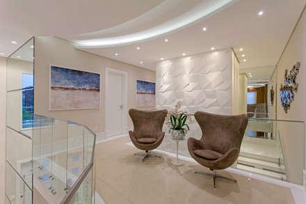 Casa Indaiatuba: Corredores, halls e escadas modernos por Designer de Interiores e Paisagista Iara Kílaris