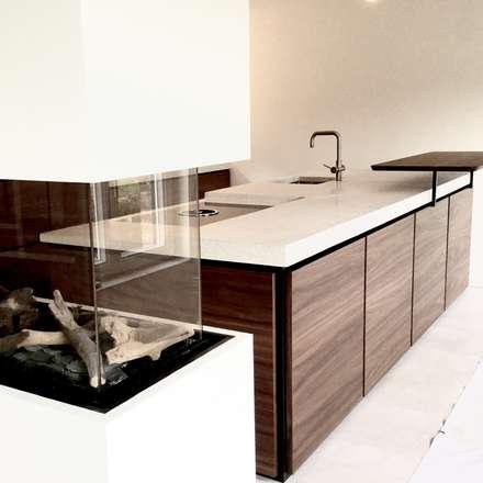 extra large terrazzo keukenwerkblad: minimalistische Keuken door QUINT&RONGEN