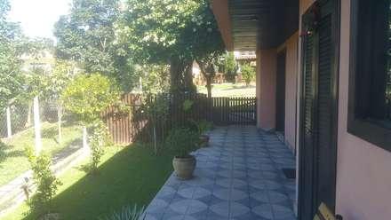 Acesso lateral: Jardins campestres por Monica Guerra Arquitetura e Interiores