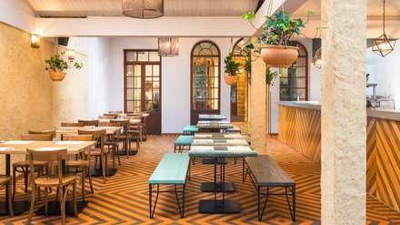 Mesas Fabricadas en madera maciza y varilla: Locales gastronómicos de estilo  por KDF Arquitectura