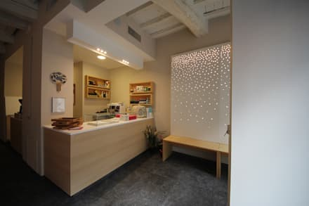 Sosushi Plus: Ingresso & Corridoio in stile  di Falegnameria Ferrari